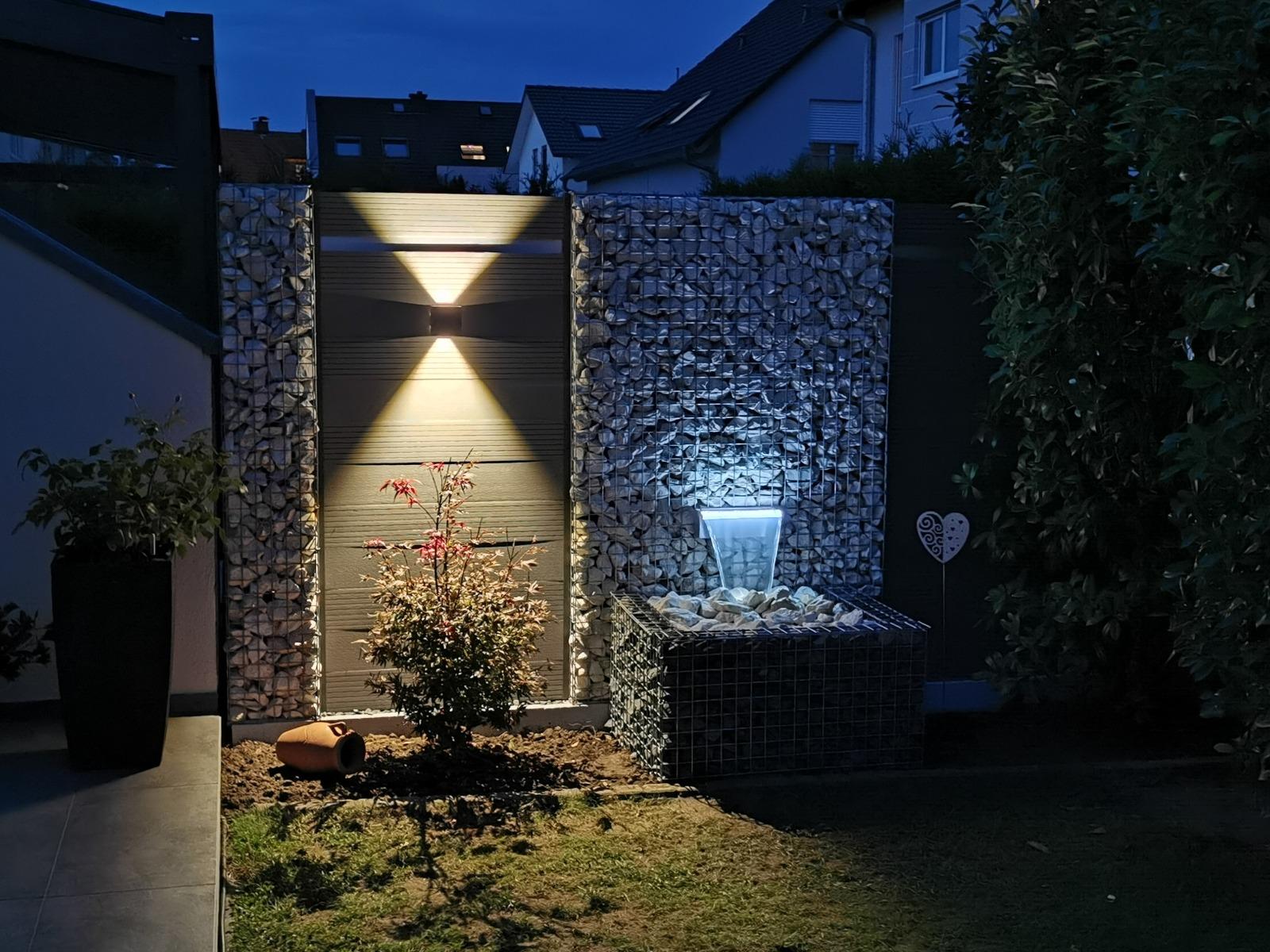 WPC Zaun Kombination mit Gabionen, wasserfall und Led Beleuchtung